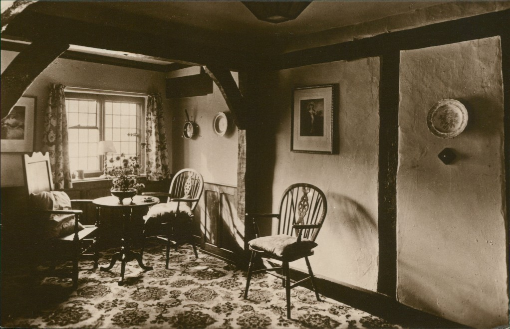historische Ansichtskarte von 1928: A Corner of the Hall at the White Swan:: Stratford-upon-Avon